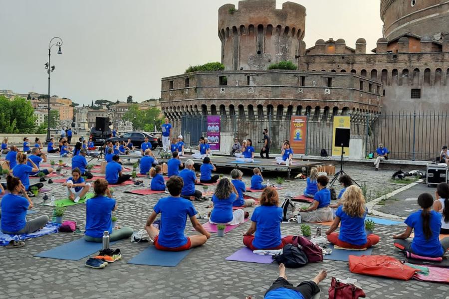 Srotola il tappetino e cambia la tua vita: L'Unione Induista Italiana celebra l'International Yoga Day